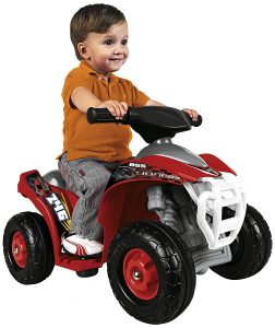 Enfant sur son quad électrique